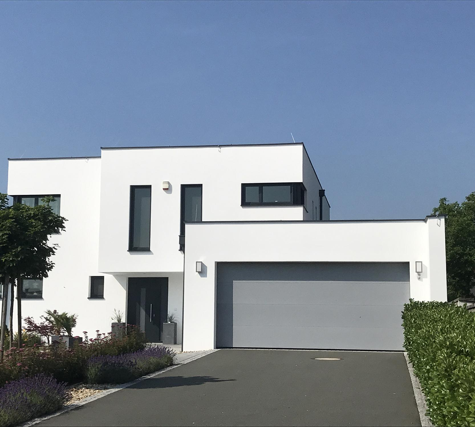 Anstrich der Fassade eines Einfamilienhauses