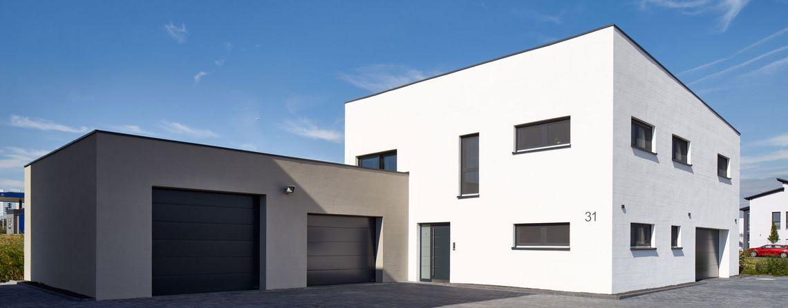 Neuanstrich Fassade eines Einfamilenhauses mit Garage