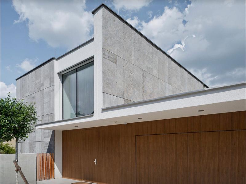 Steinfassade eines Wohnhauses